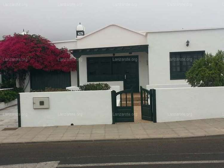 For sale independent House with large plot and GARAGE in Orzola very well located