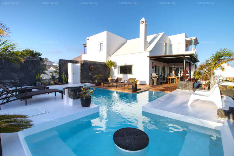 Wonderful house in Tías with viewings Arrecife and the sea.