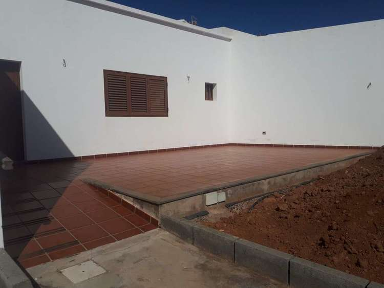 House in San Bartolomé with wine cellar and plot