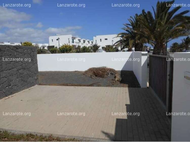 Duplex for sale in Costa Teguise with terrace and plot.